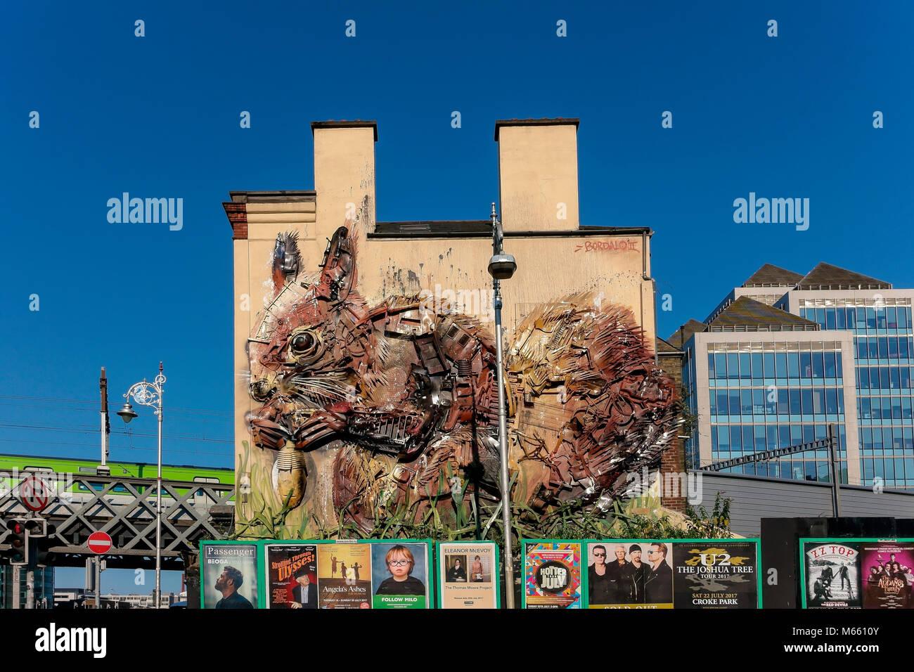 Obra de Arte en el taller Gastro Pub fachada. Ardilla roja, fabricado a partir de residuos de la ciudad, por el artista ambiental, Artur Bordalo. En Dublín, República de Irlanda Foto de stock