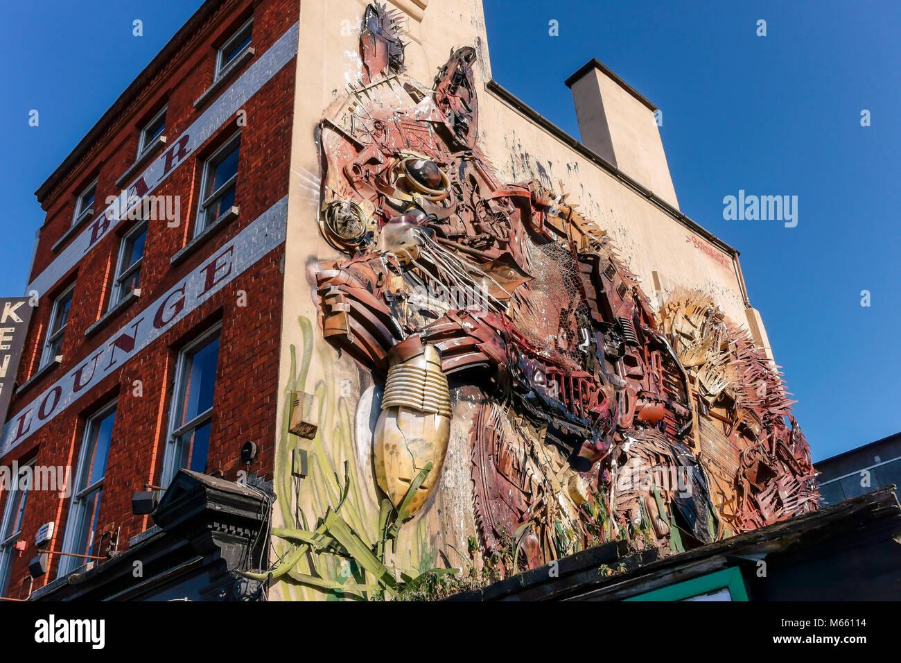 Obra de Arte en el taller Gastro Pub fachada. Ardilla roja, fabricado a partir de residuos de la ciudad, por el Imagen De Stock