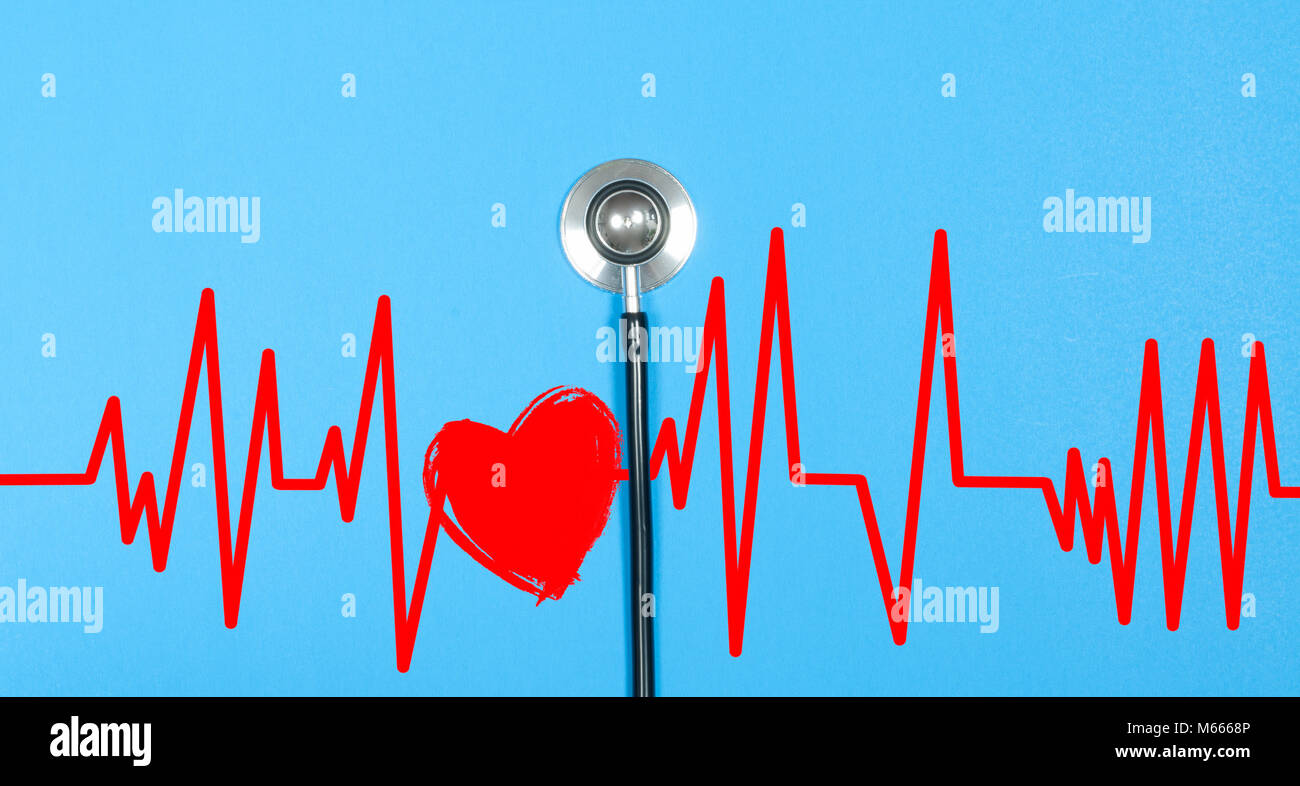 Medical estetoscopio y corazón rojo con electrocardiograma realizado sobre fondo azul. Conceptos de salud Imagen De Stock
