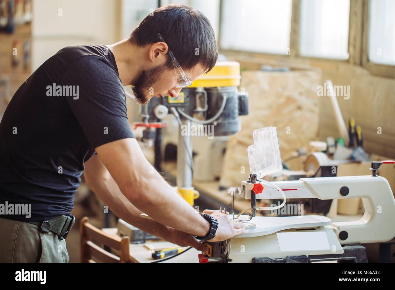 Carpenter comprometidos en el tratamiento de la madera en el aserradero. Imagen De Stock