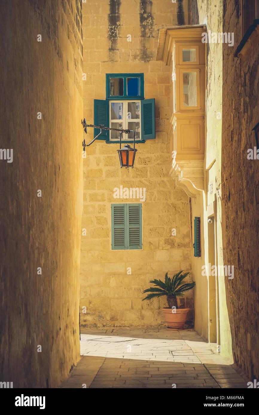 Las calles de la ciudad de Mdina, Malta. Famosas calles estrechas en la antigua ciudadela al atardecer Imagen De Stock