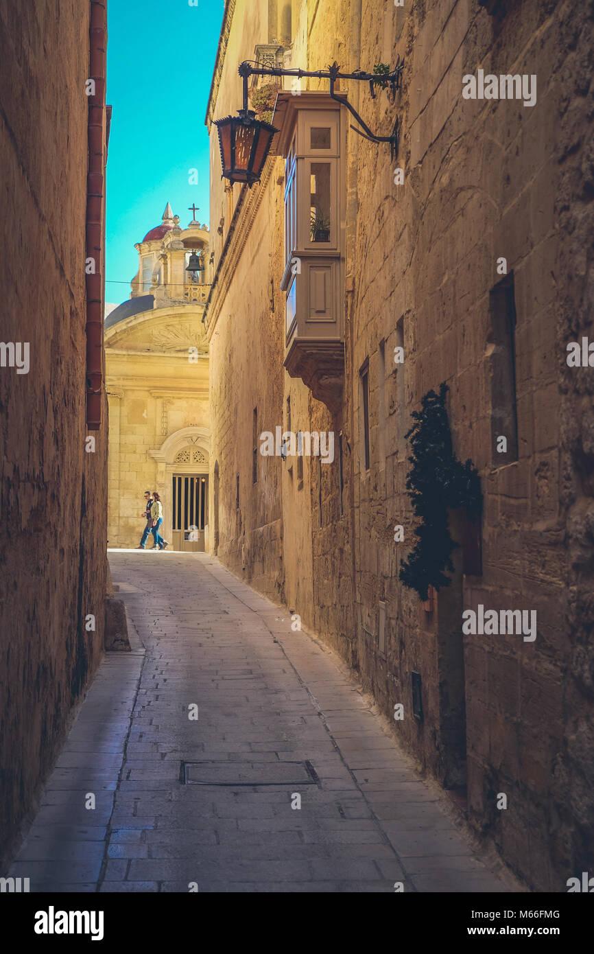 Las calles de la ciudad de Mdina, Malta. Famosas calles estrechas en la antigua ciudadela al atardecer Foto de stock