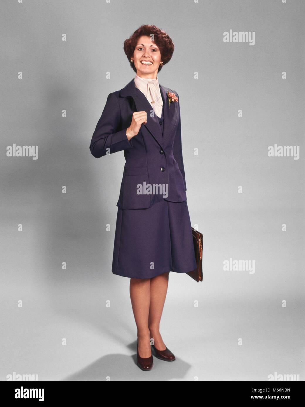 70 confianza empresaria sonriendo feliz de pie vestido de azul traje