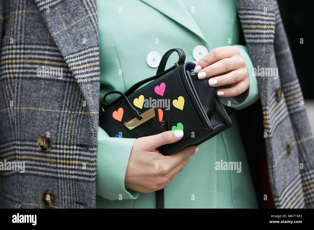 62f2990dbaf6 Milán - 25 de febrero  Mujer con cuero negro bolso Loewe con coloridos  corazones y