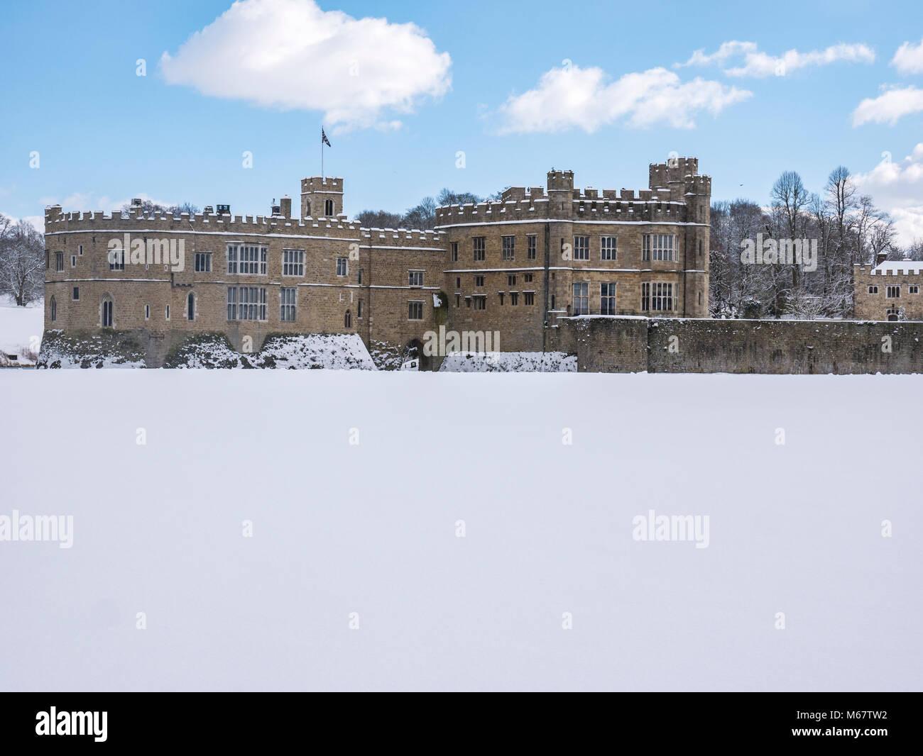 """Escenas invernales en Leeds Castle, Kent, UK como """"la bestia de Oriente """" Tormenta de nieve golpea el weald Foto de stock"""