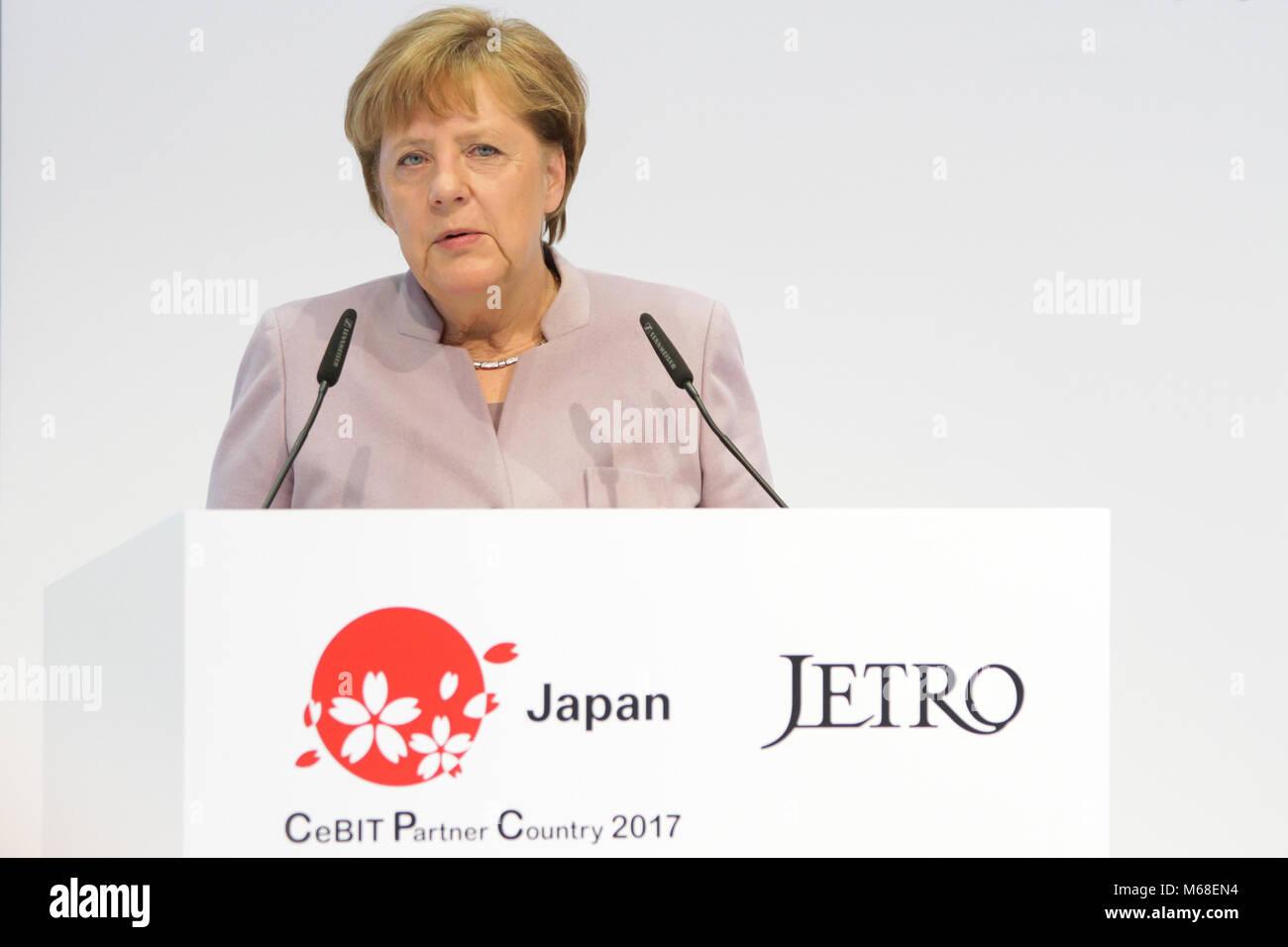 Hannover, Alemania. 20 de marzo de 2017. CeBIT 2017, la feria de TIC: Angela Merkel, Canciller Federal de Alemania, habla durante la apertura de caminar en el stand del CeBIT 2017-país socio en Japón. Crédito: Christian Lademann Foto de stock