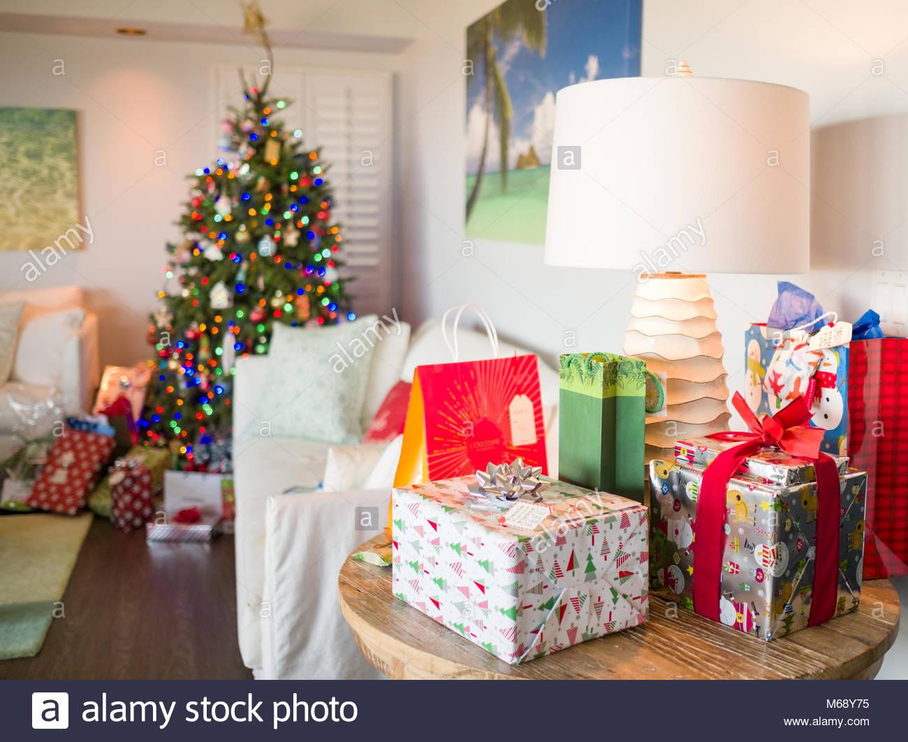 Envuelto y decorado presenta en la mañana de Navidad, EE.UU. Imagen De Stock