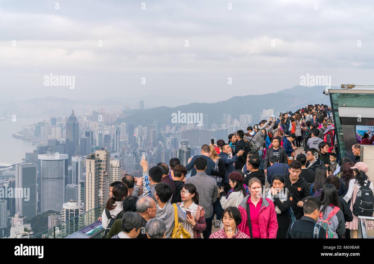 18 de febrero de 2018 - Hong Kong. Los turistas en Victoria Peak selfies tomando fotografías y del horizonte Imagen De Stock