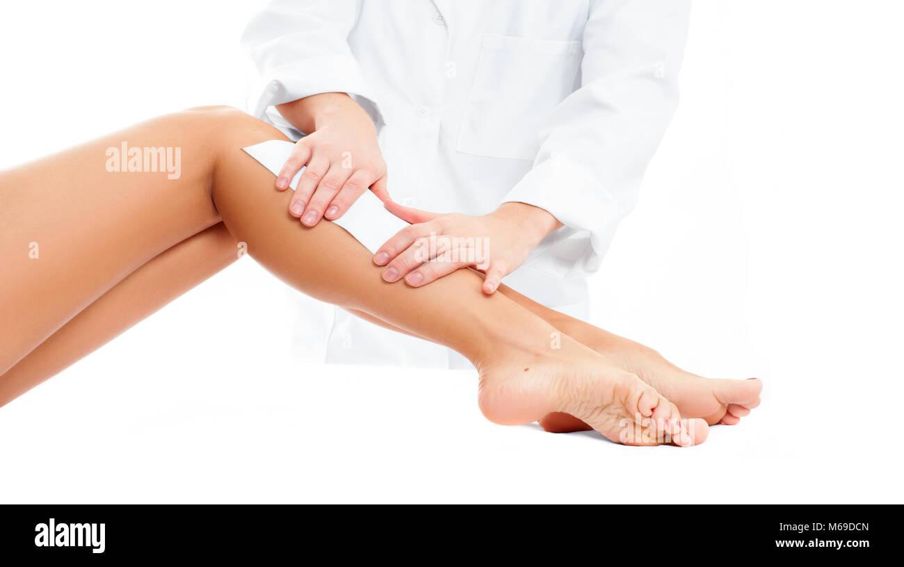 Spa de belleza. Depilación cosmetología procedimiento. Esteticista  depilación femenina pierna aplicando Imagen De Stock afeb71a37f9c