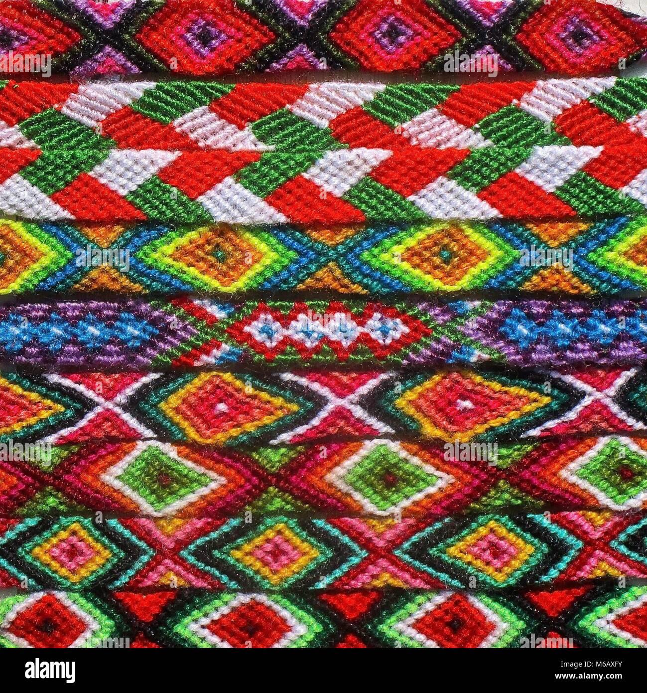 405dd0ddba1a Patrones de color en Nativos Americanos pulseras tejidas Foto ...