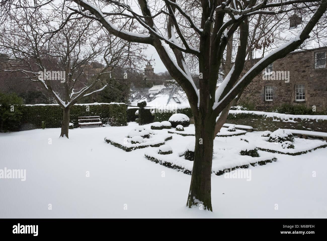 Dunbar cerca del jardín off Canongate en Edinburgo Ciudad Vieja después de fuertes nevadas en Edimburgo, Imagen De Stock
