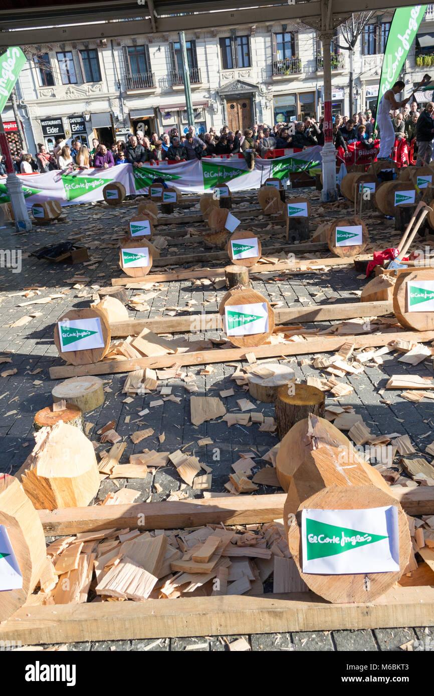 El 21 de diciembre de 2017, Bilbao, España-madera cortando la competencia por la festividad de Santo Tomás Foto de stock