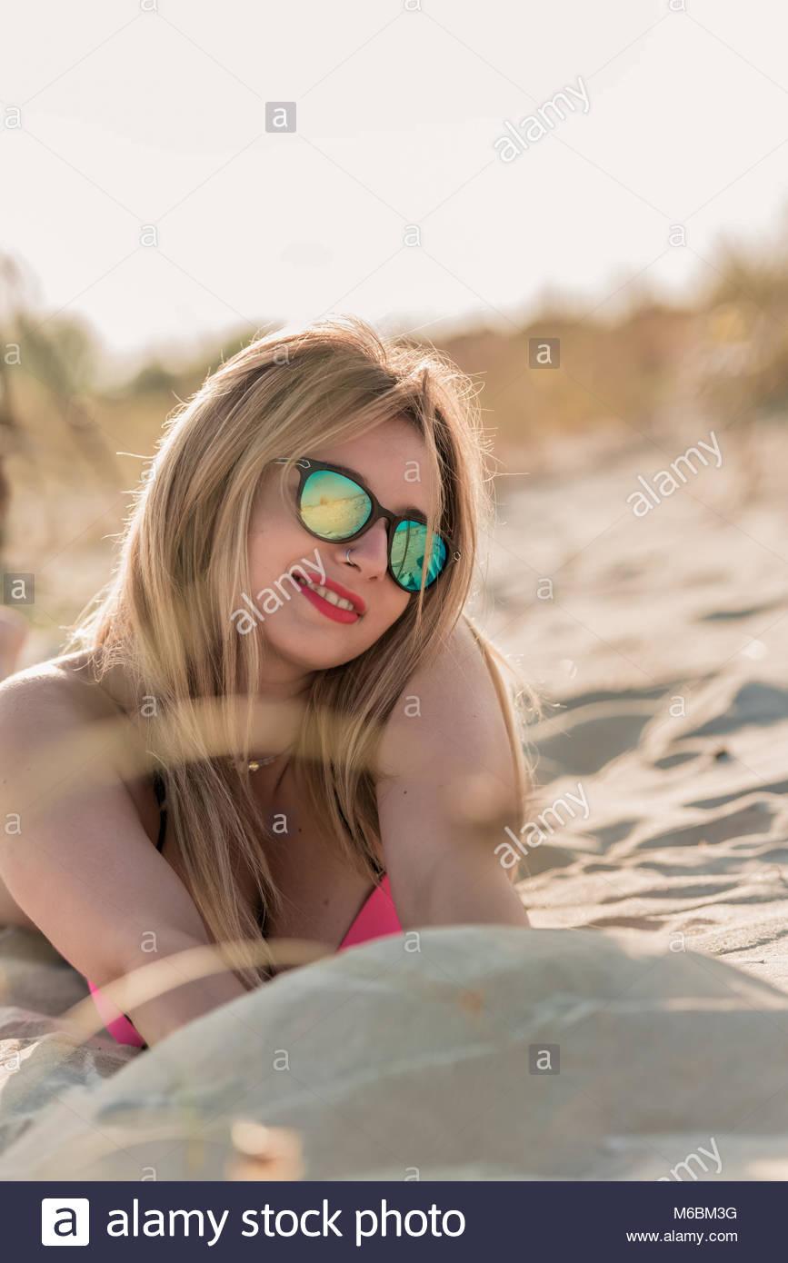 Llevar Del Mujer Y Gafas Joven SolDisfrutando Bikini De Verano sCQhrdtx