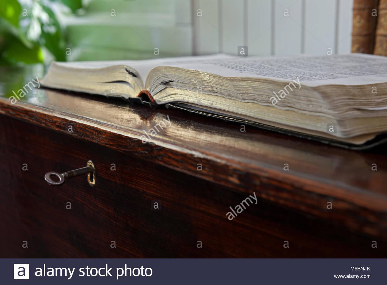 Biblia del predicador en escritorio antiguo con cerradura y llave ...