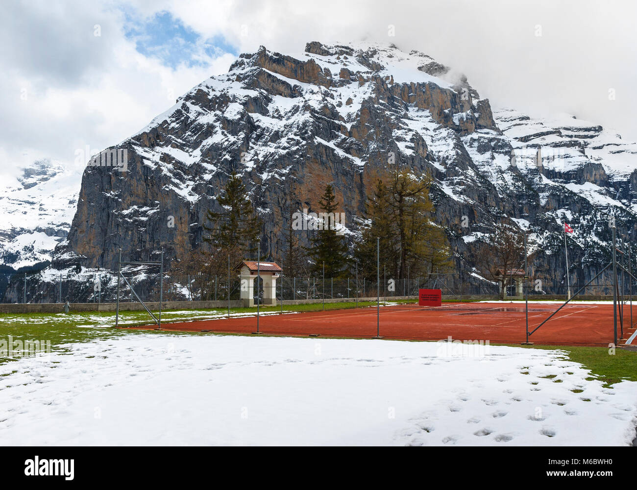 Pista de tenis en Murren village en Alpes Suizos Foto de stock