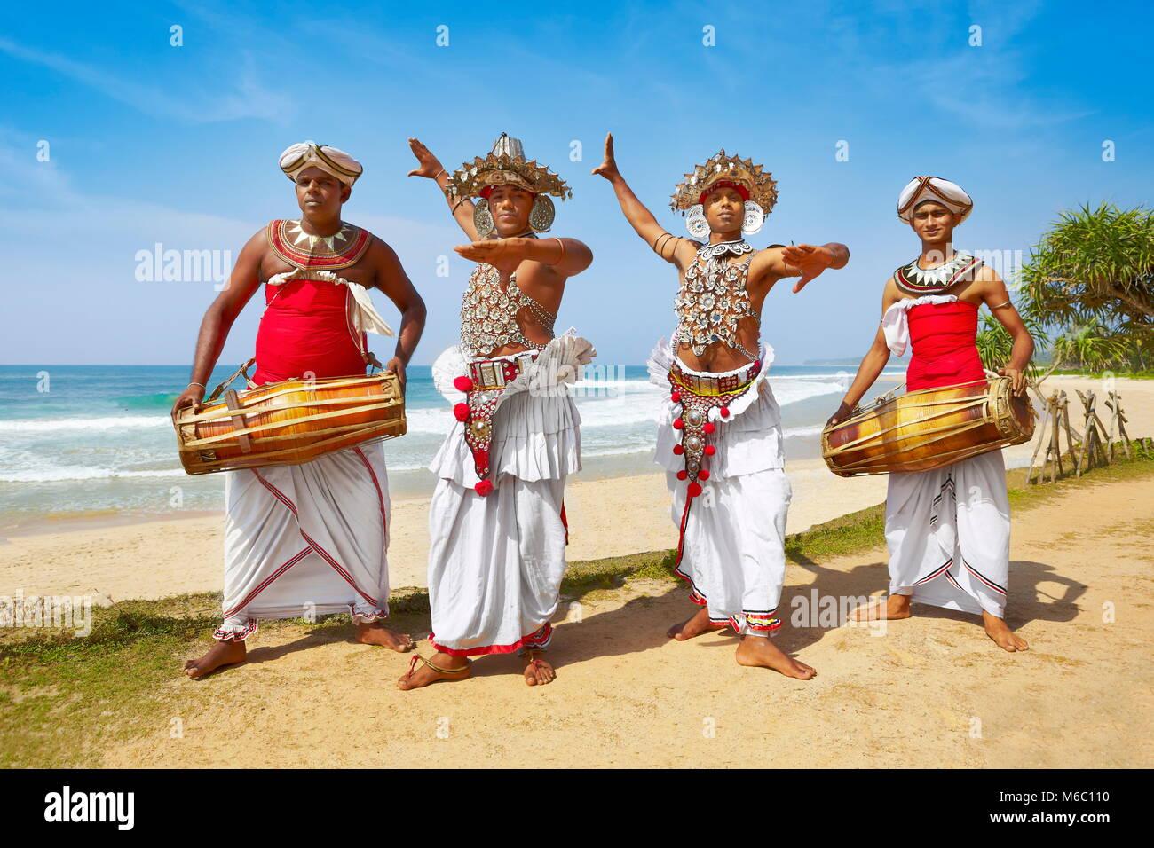 Grupo de bailarines vestidos con trajes tradicionales, Sri Lanka Foto de stock