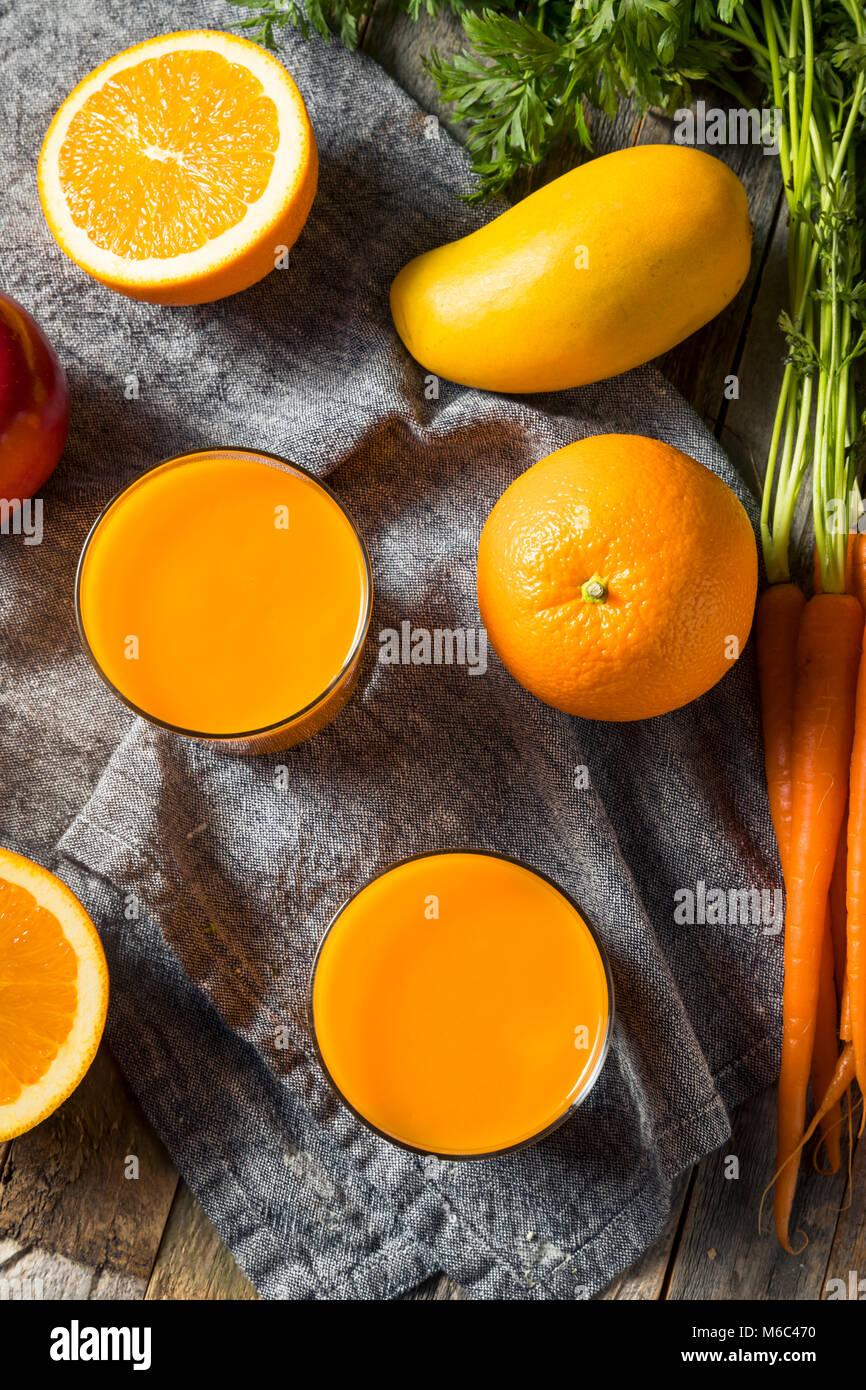 Naranja orgánico Saludable Beber jugo de zanahoria batido con Mango y Banana Imagen De Stock