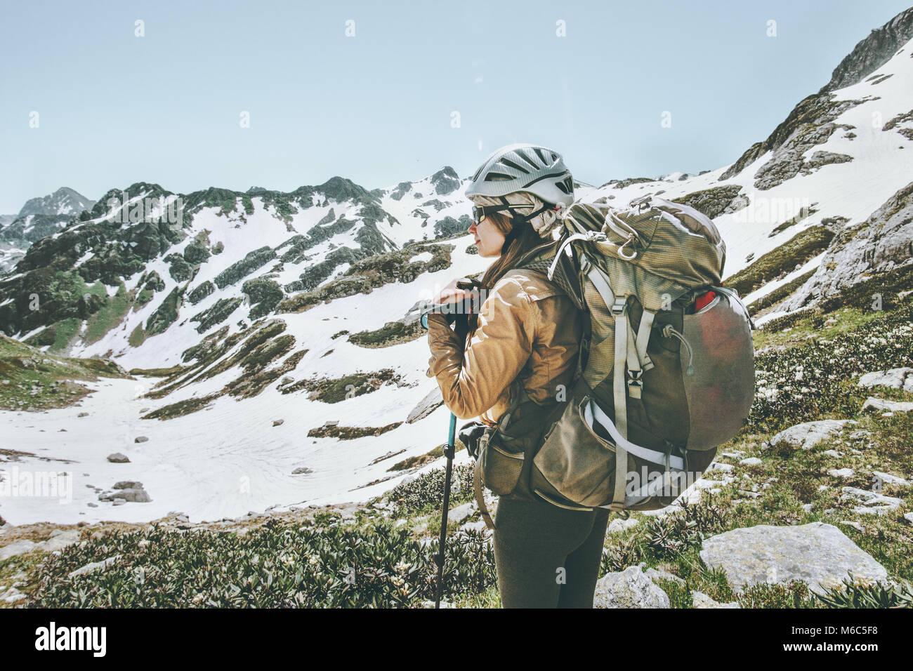 Mujer con mochila de senderismo turístico en las montañas viajando concepto de aventura en el estilo de Imagen De Stock