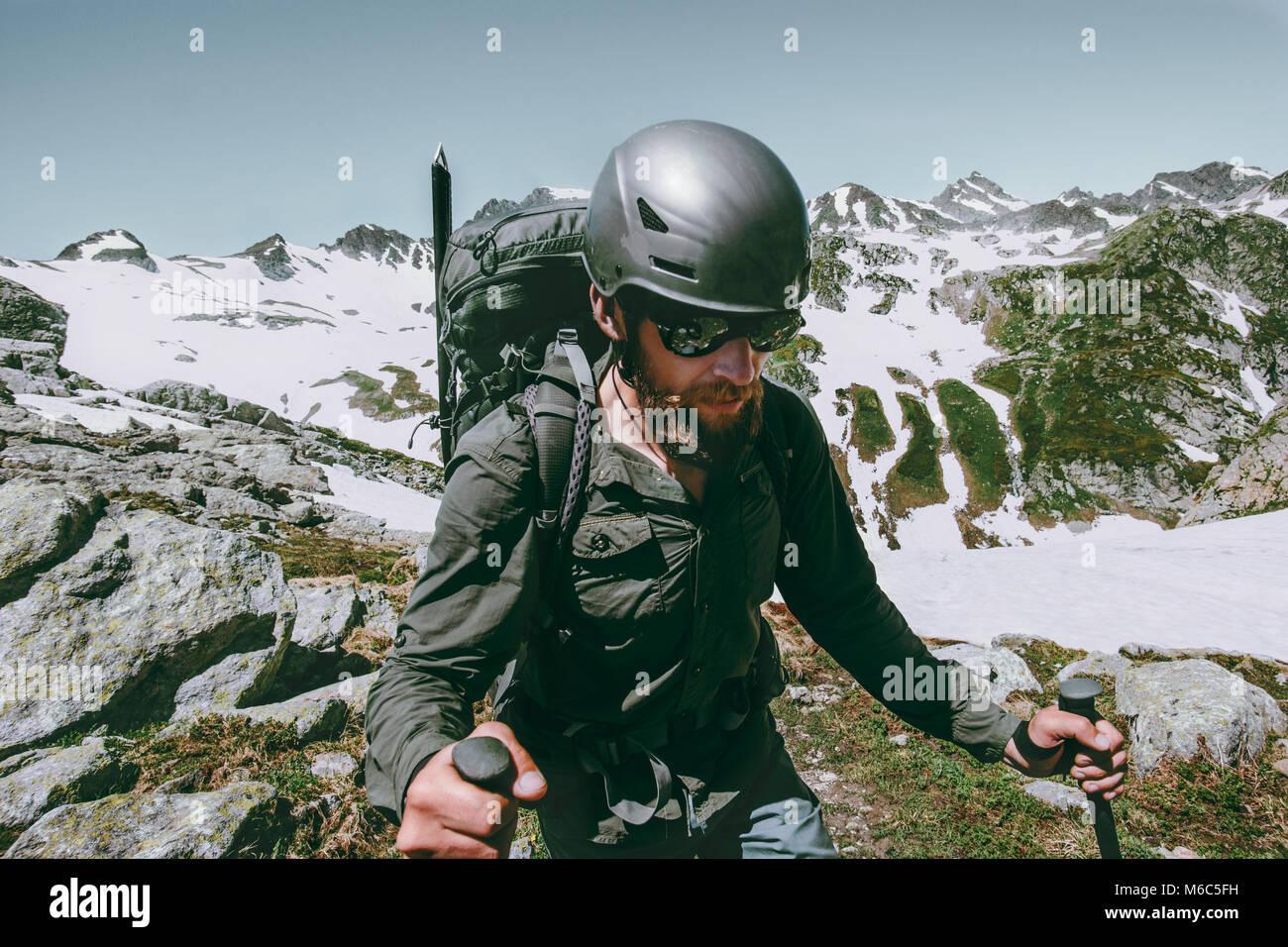 Hombre aventurero con mochila de viaje expedición escalando montañas supervivencia concepto de estilo Imagen De Stock