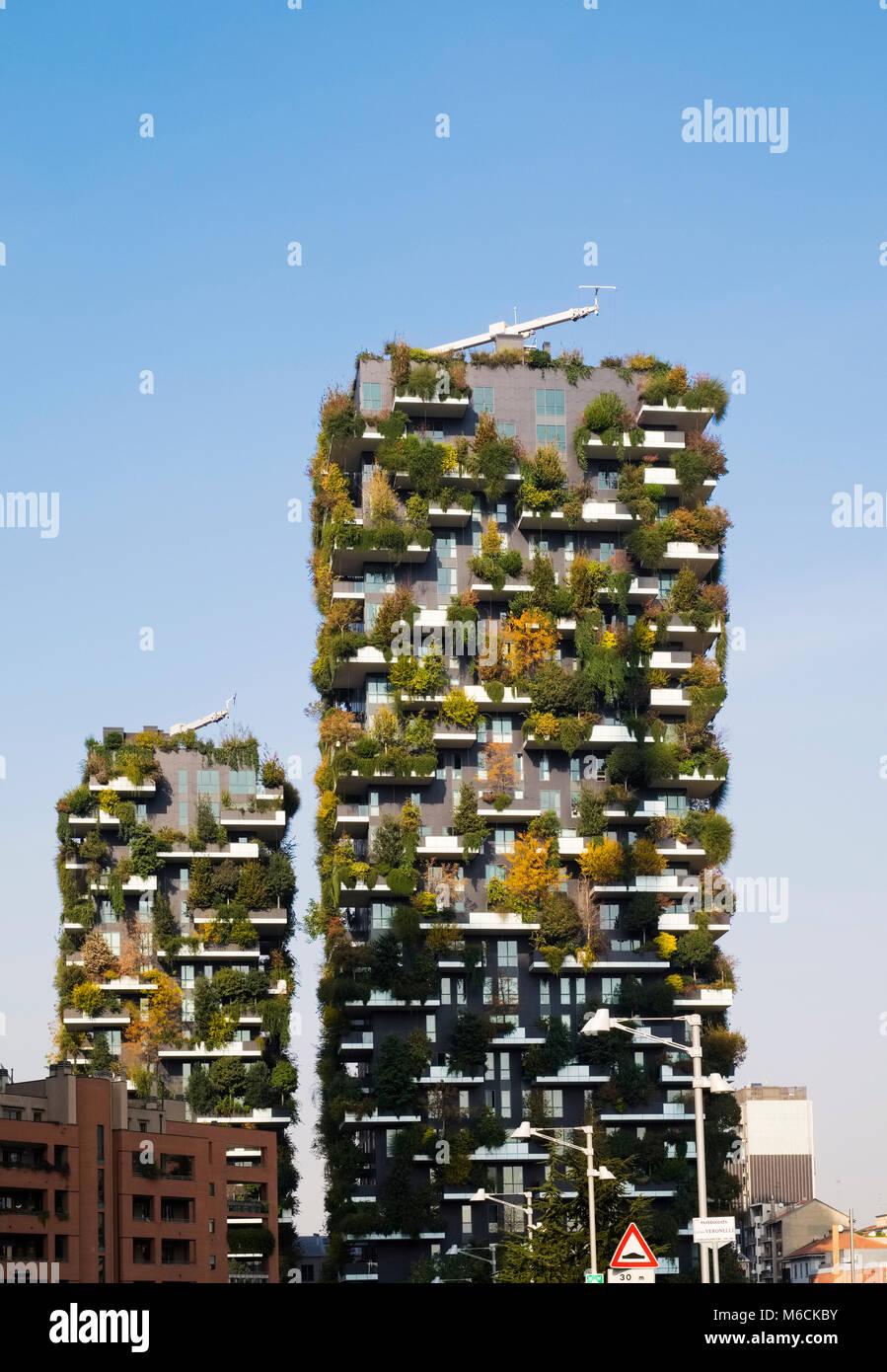 Bosco Verticale (Vertical) del bosque, galardonado torres en el residencial barrio Porta Nuova de Milán, Italia. Imagen De Stock