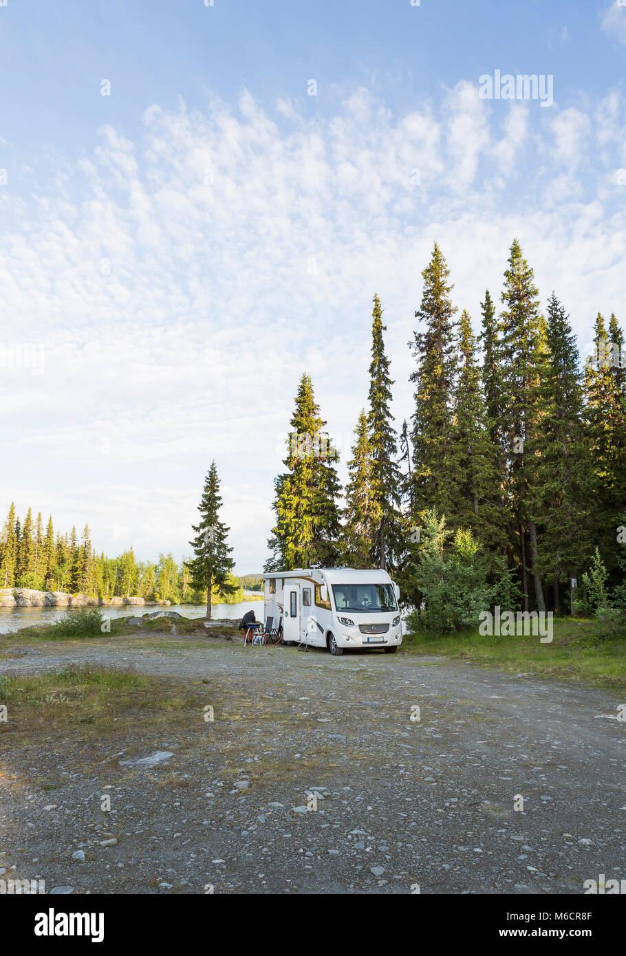 Motorhome aparcamiento en el desierto de Laponia, cerca Dikanas. Foto de stock