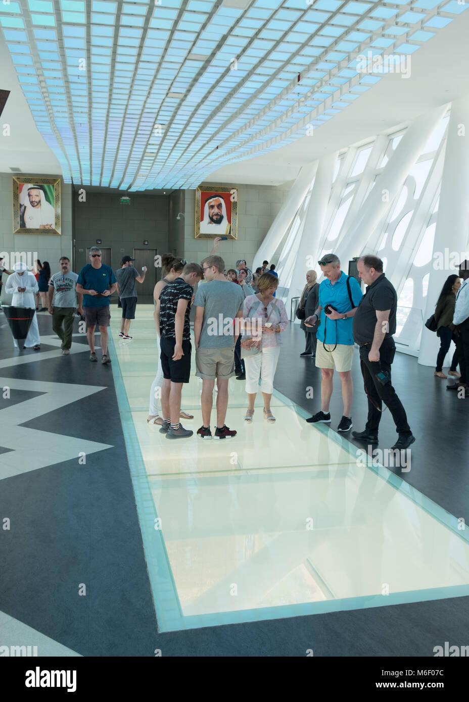 Dubai El marco histórico, los turistas dentro mirando a través de la ...