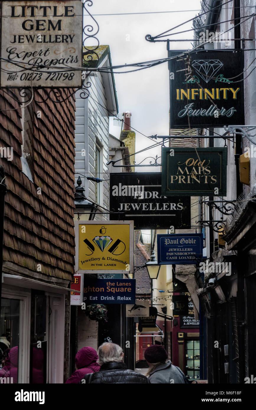 Los letreros de las tiendas abarrotadas en estrecho callejón en Brighton Imagen De Stock