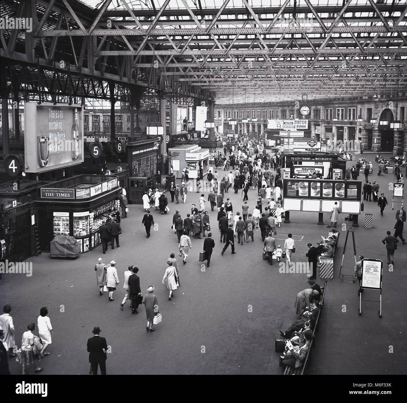 1960, 09.15am, y una foto histórica del vestíbulo de la estación de tren de Waterloo de Londres, Imagen De Stock