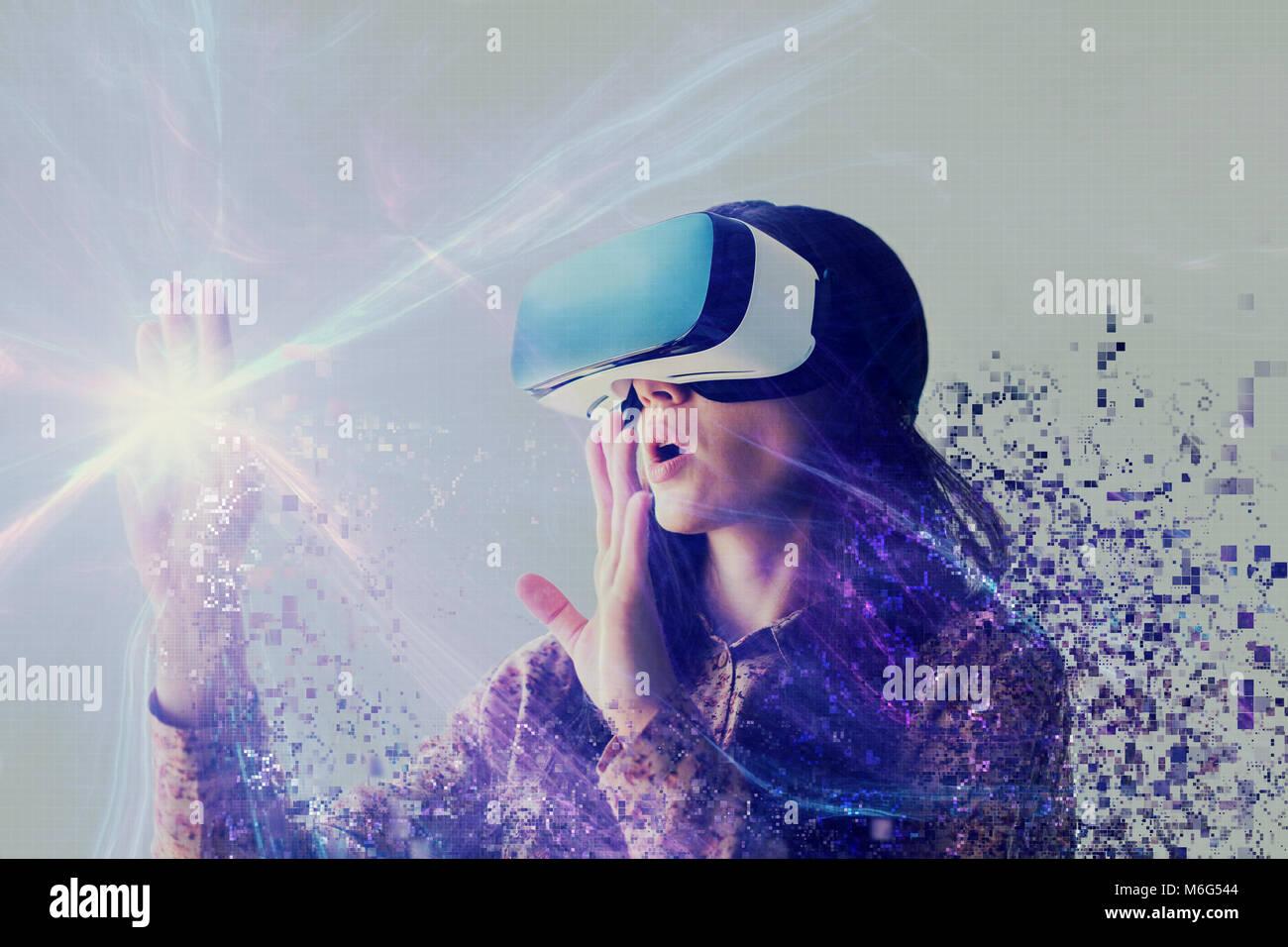 Una persona en gafas virtual vuela a píxeles. La mujer con gafas de realidad virtual. La tecnología del Imagen De Stock