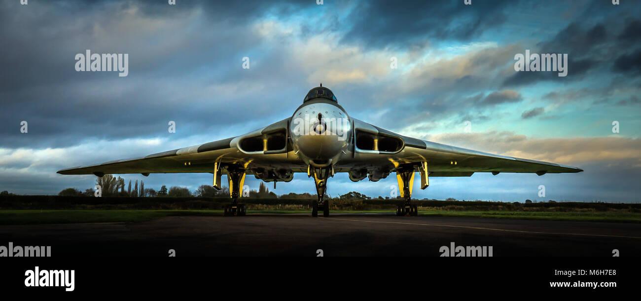 RAF Avro Vulcan Guerra Fría V-Force bombardero nuclear XM655 en la cabeza al anochecer con baja luz hora dorada Imagen De Stock