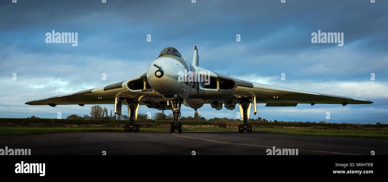 RAF Avro Vulcan Guerra Fría V-Force bombardero nuclear XM655 al atardecer Imagen De Stock