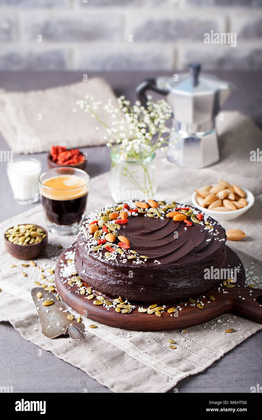 Vegan chocolate cake de remolacha con aguacate glaseado, decorado con nueces y semillas. Espacio de copia Imagen De Stock