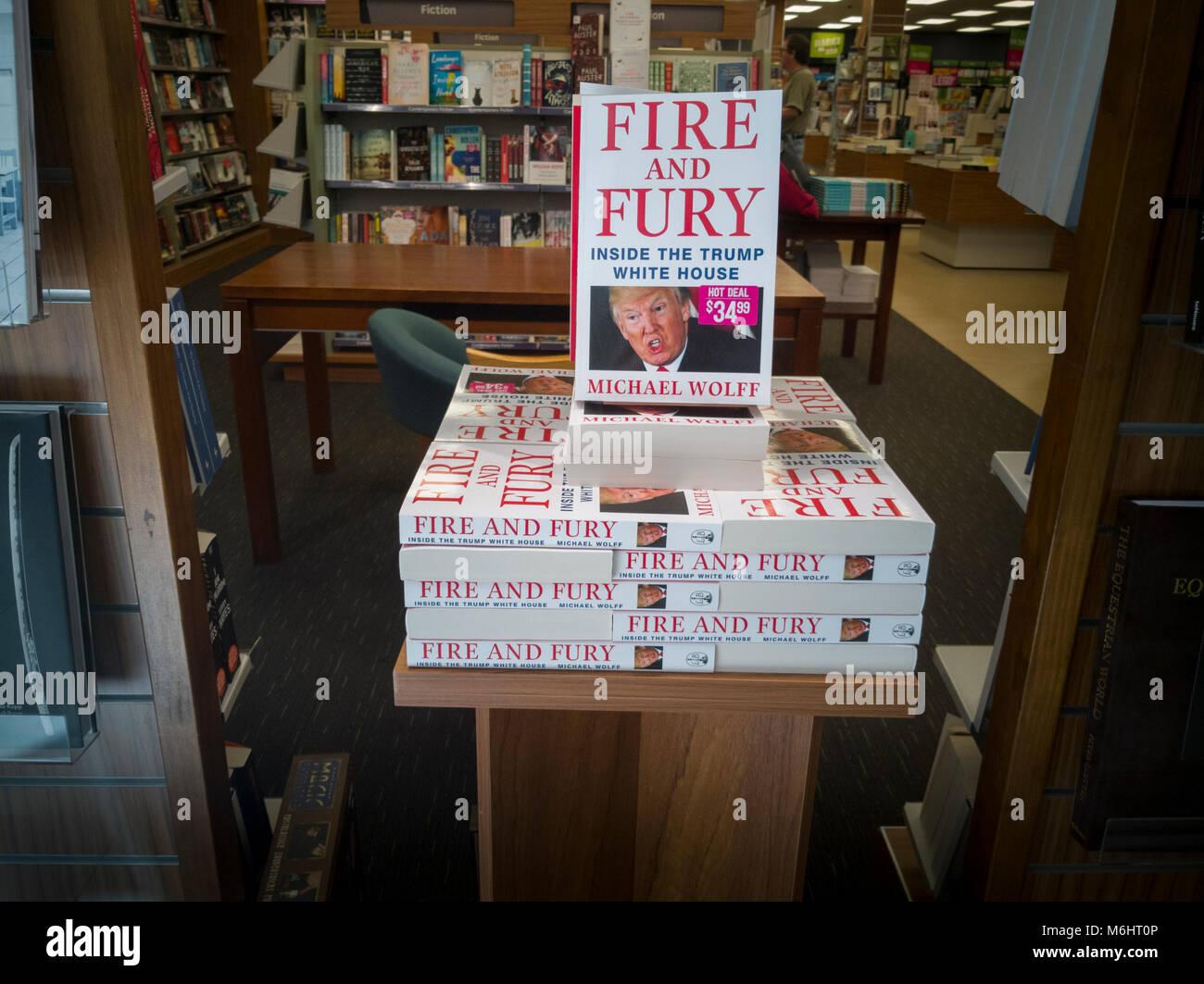 Fuego y furia libro por Michael Wolff sobre Donald Trump para la venta en la librería Foto de stock