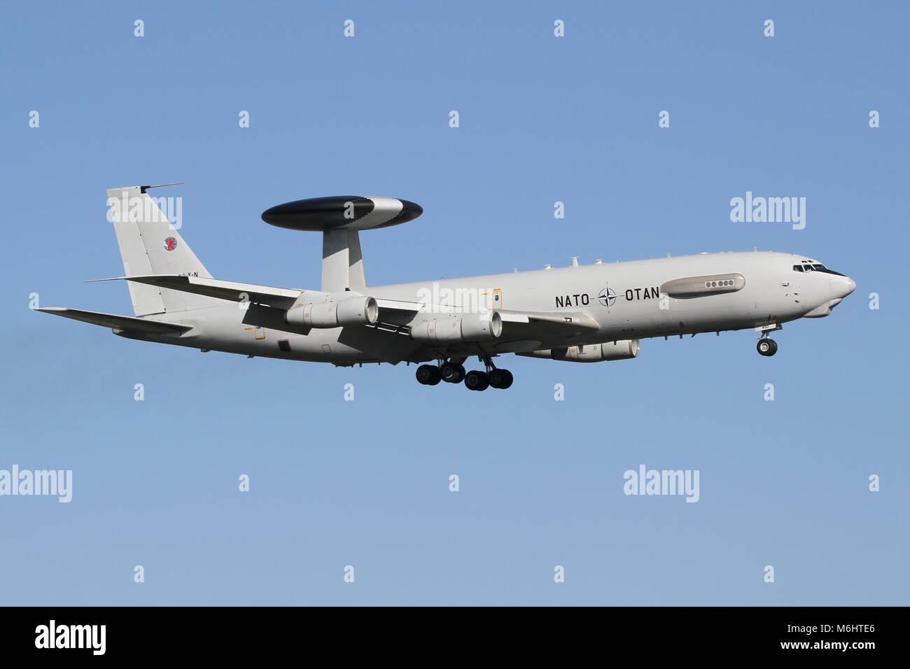 La OTAN Boeing E-3A Sentry en Geilenkirchen, Alemania en el enfoque de la RAF Mildenhall durante algunos circuitos Imagen De Stock