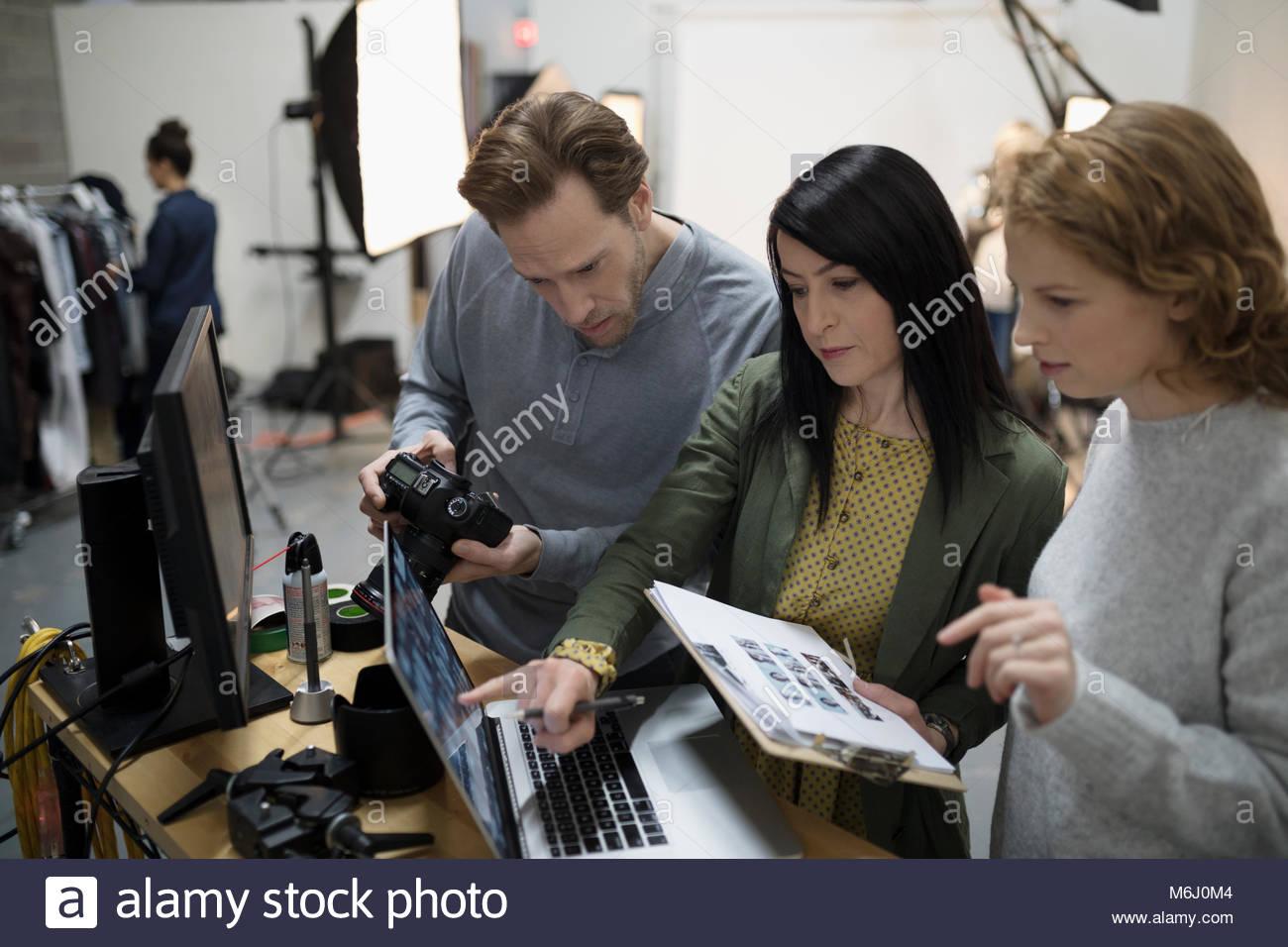 Fotógrafo y prepara el equipo de producción de fotos en estudio Imagen De Stock