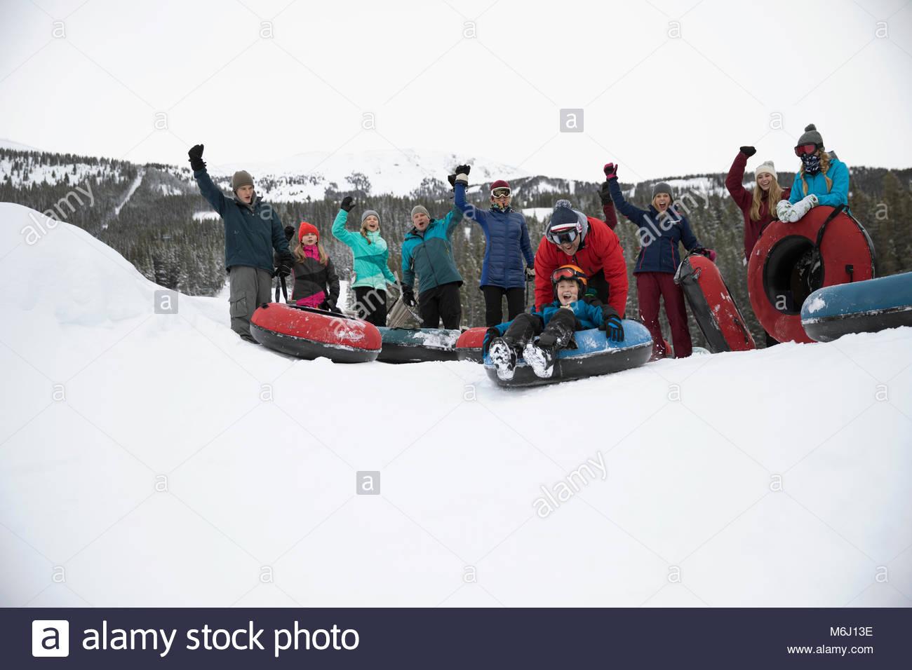 Retrato de familia interior vítores, tubos de nieve en el parque de nieve Imagen De Stock