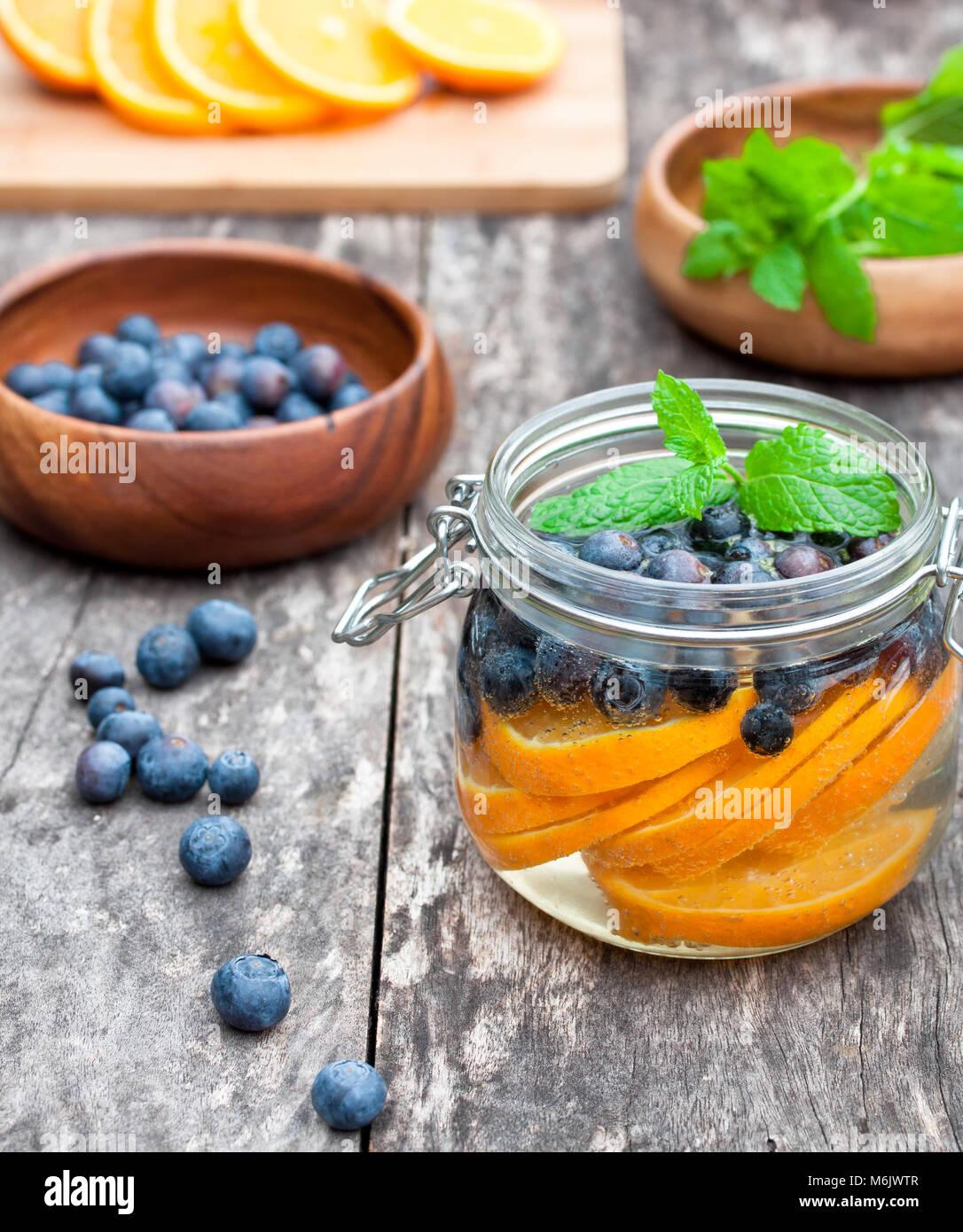 Bebidas de frutas caseras con bayas naranjas y menta Imagen De Stock