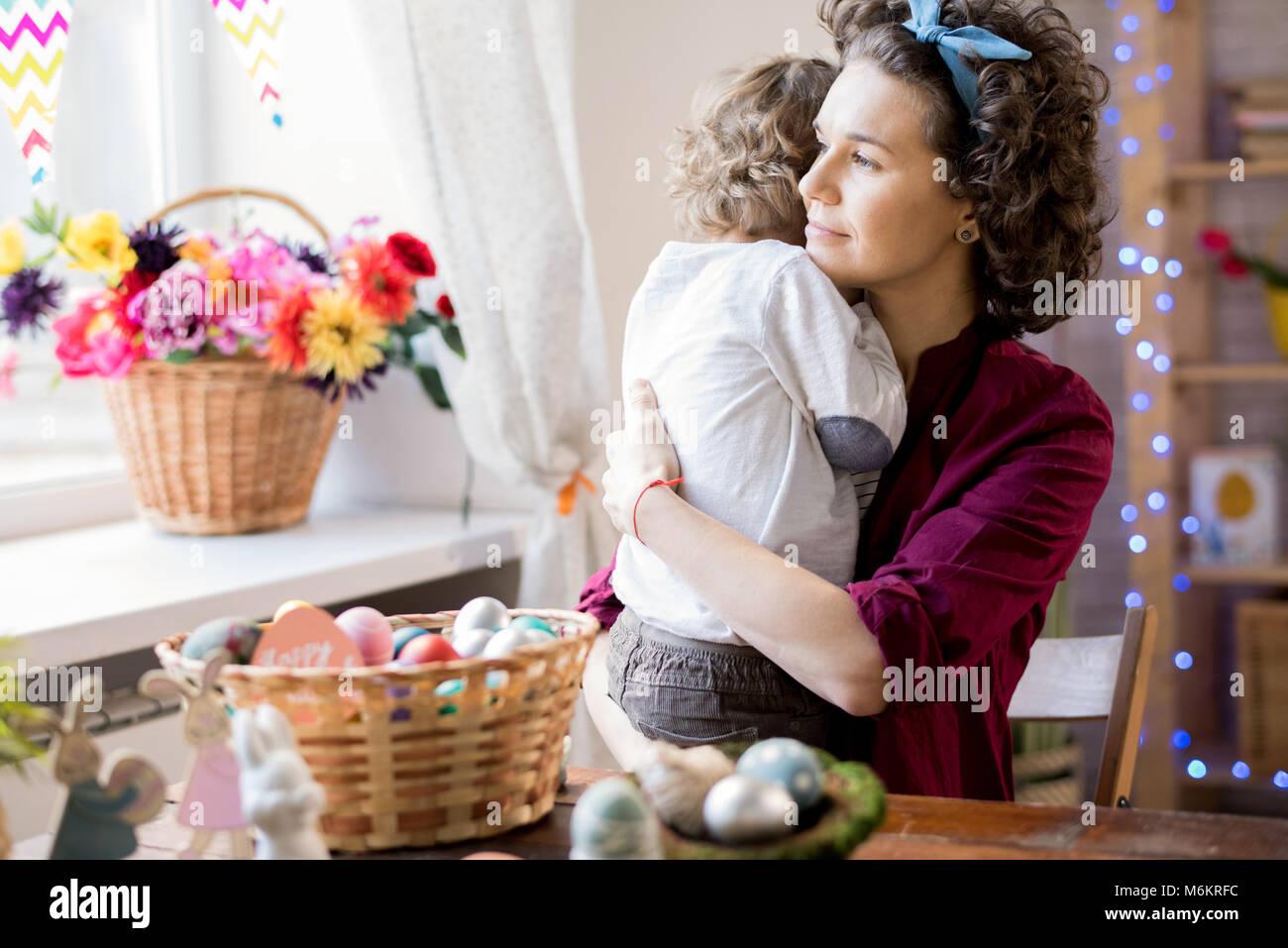 Familia cariñosa que celebran la Pascua Imagen De Stock