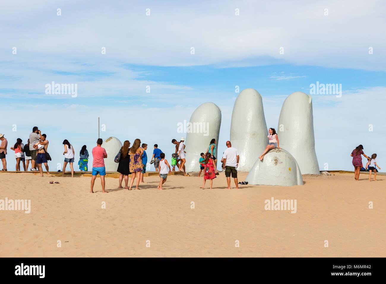 Punta Del Este, Uruguay - febrero 28th, 2018: la gente tomando fotos y sefies en la mano, la escultura realizada Imagen De Stock
