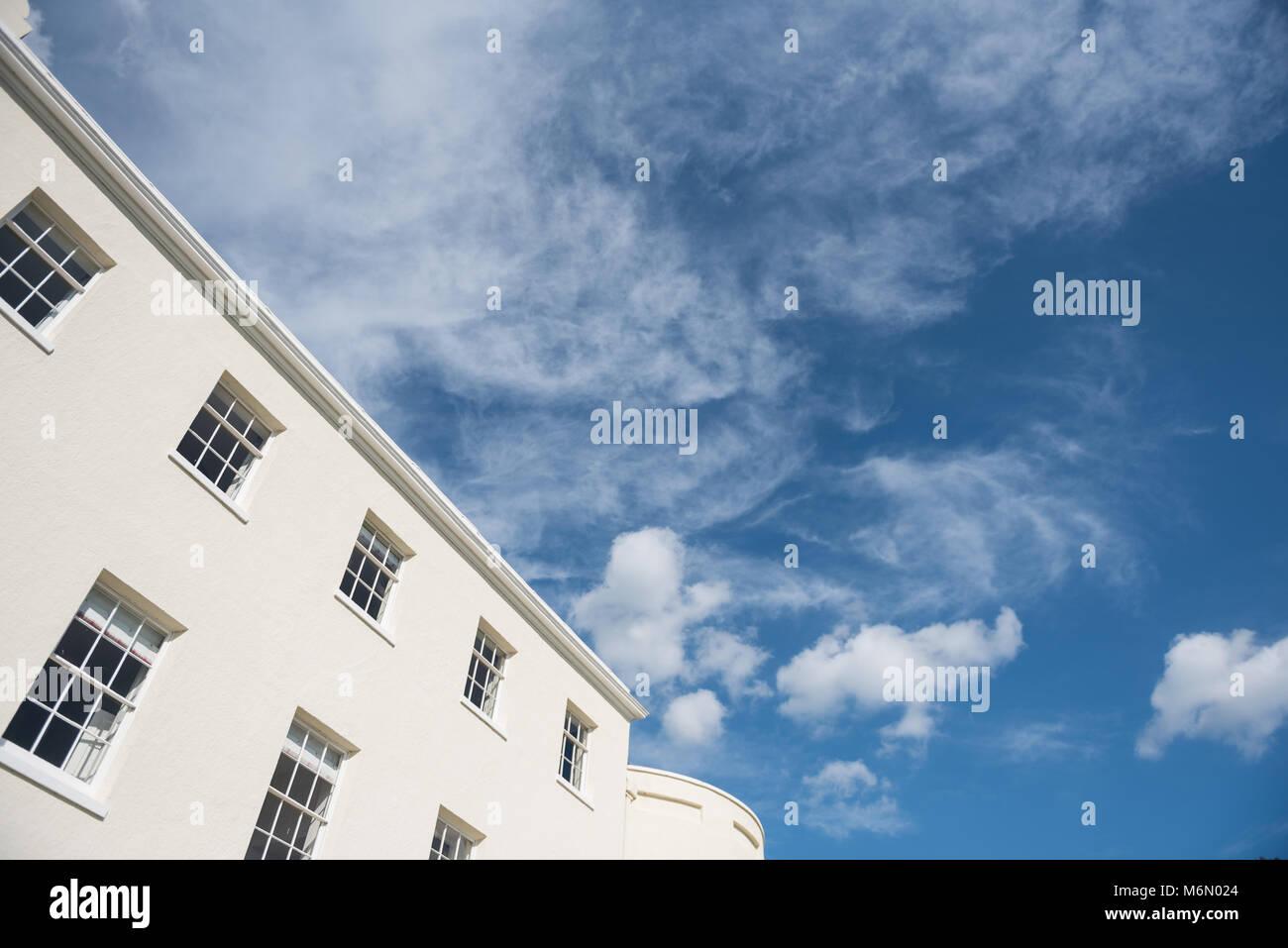 Edificio de arquitectura georgiana con el cielo azul Foto de stock