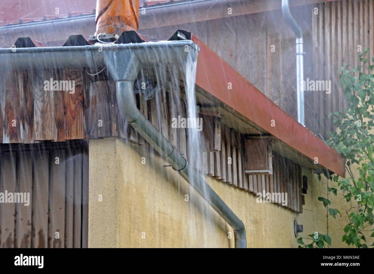 Aleros desbordante en lluvia torrencial Imagen De Stock