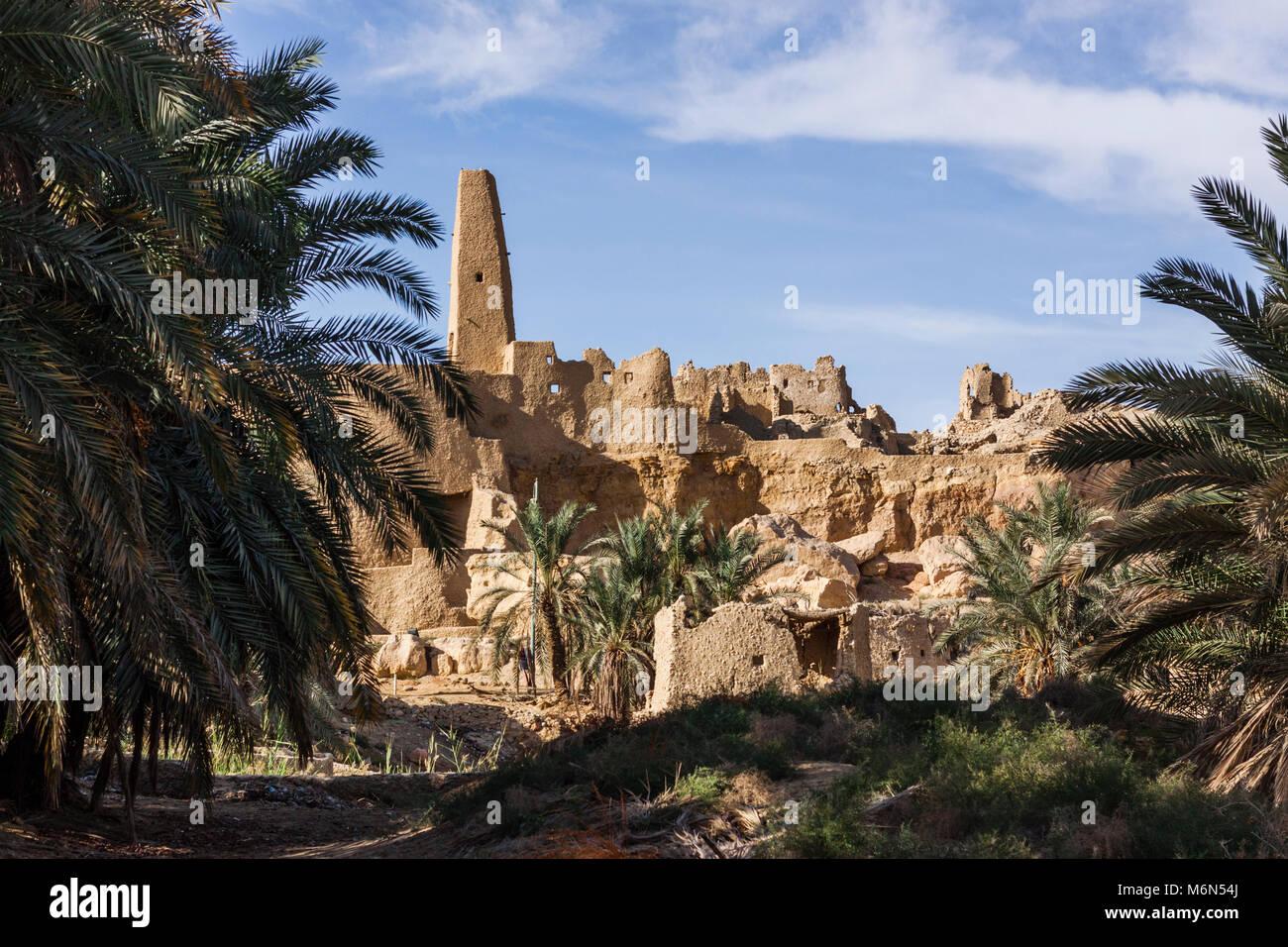 Restos del templo del oráculo de Aghurmi Ammun y la mezquita en la aldea. Siwa Oasis, Egipto Imagen De Stock