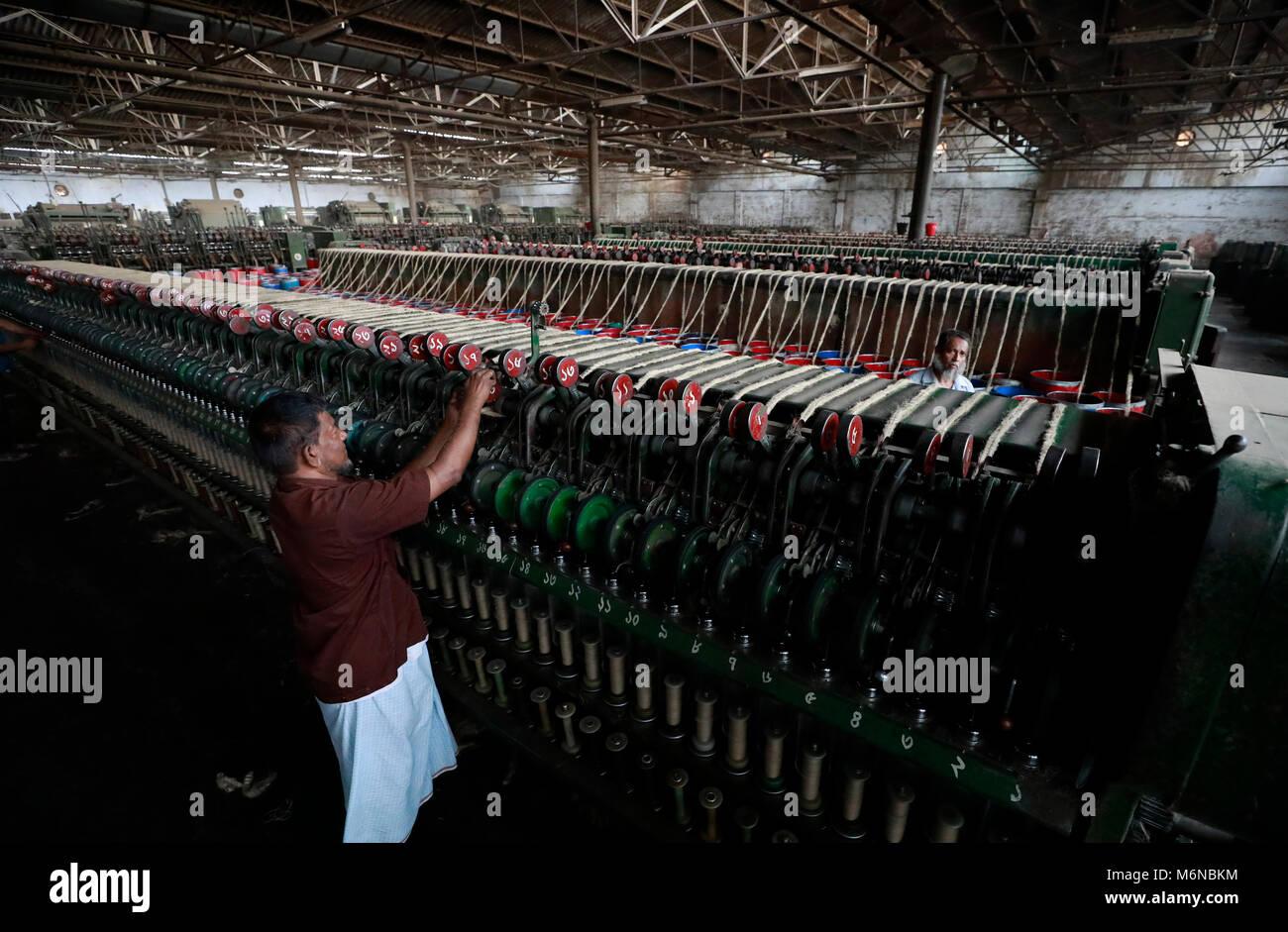 3cdcec9e5 Trabajadores de Bangladesh trabaja en una fábrica de yute en las afueras de  la ciudad de Dhaka. Los exportadores de productos de yute de ...