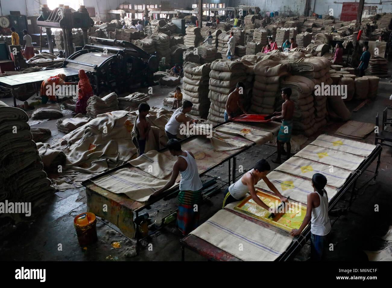 4ca3737de El 5 de febrero de 2018, trabajadores de la costura las bolsas de yute en  una fábrica en las afueras de la ciudad de Dhaka. Los exportadores de  productos de ...