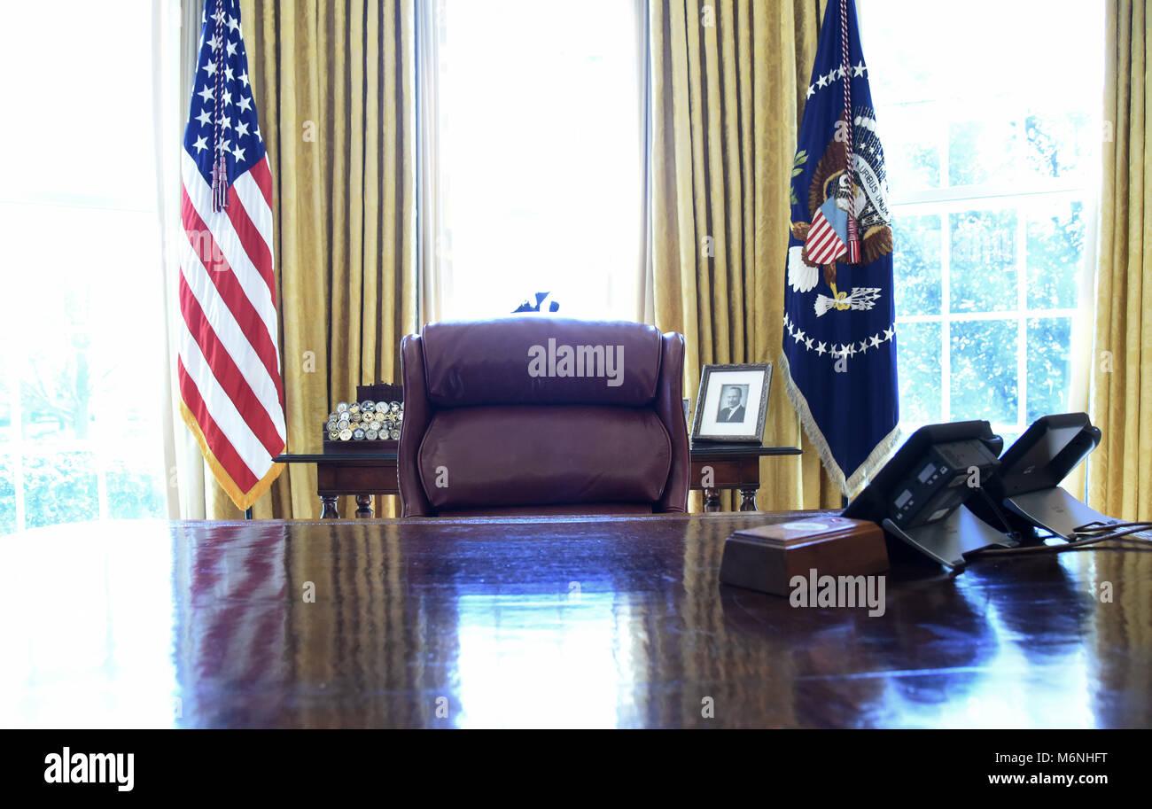 32cc8640 La decidida escritorio en la Oficina Oval de la Casa Blanca en Washington,  DC, 5 de marzo de 2018. Crédito: Olivier Douliery/piscina a través del ...