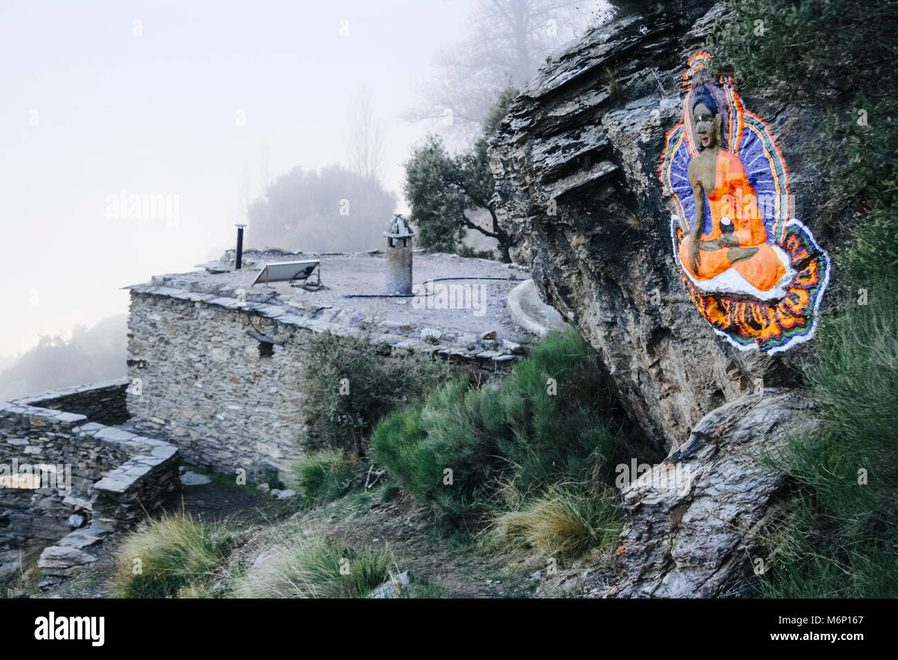 Las Alpujarras, Sierra Nevada, provincia de Granada, Andalucía, España : Buda tallado en la roca y la meditación en la Casa de Retiro Budista O Sel Ling centro Foto de stock