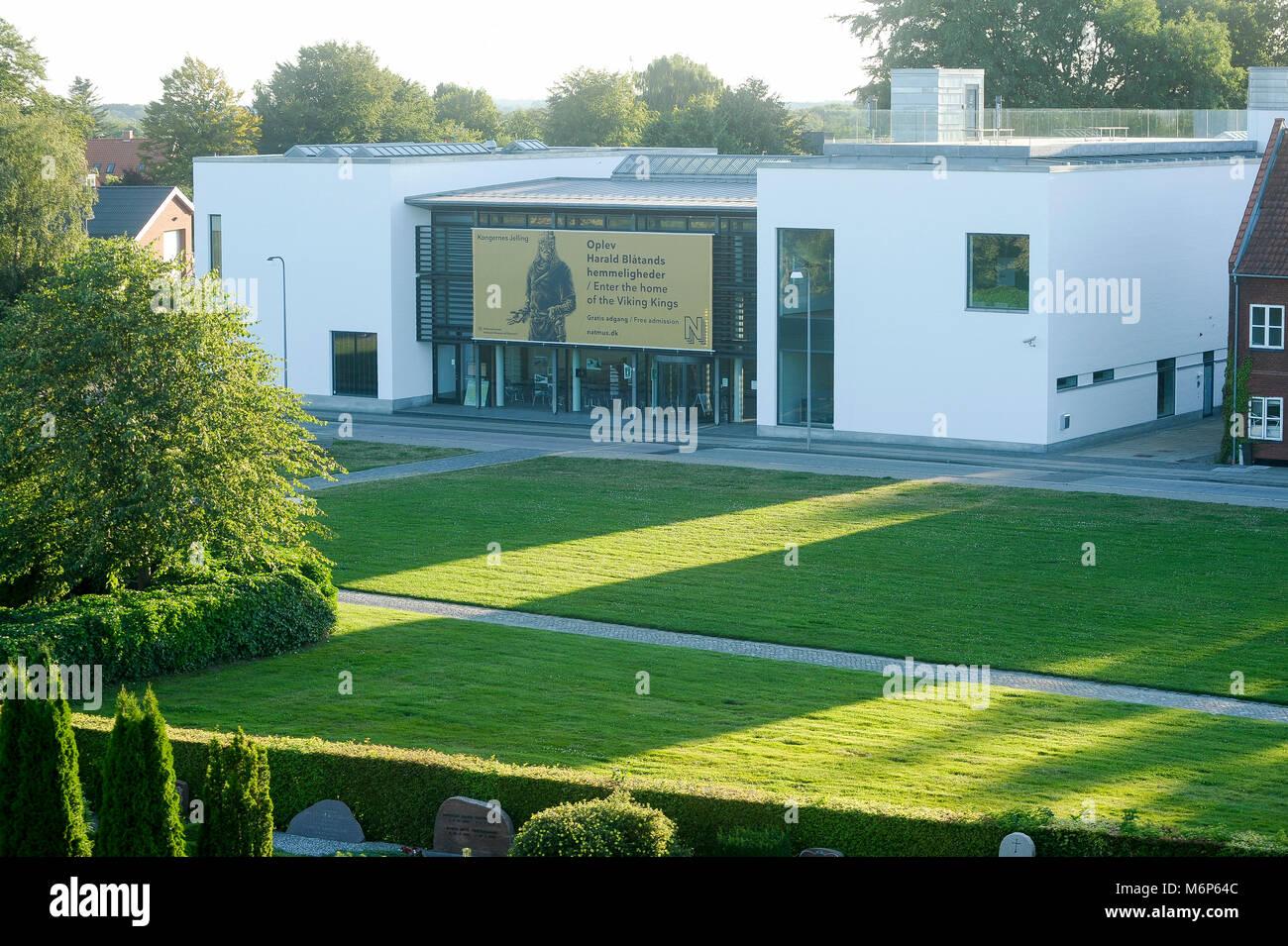 Kongernes Jelling (Casa de los reyes vikingos) museo nacional en Jelling, Dinamarca. El 8 de agosto de 2015. El sitio real de los primeros reyes de Dinamarca con grandes Foto de stock