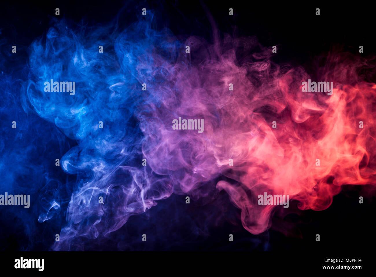 Espeso Humo De Color Rojo Azul Sobre Negro De Fondo Aislados