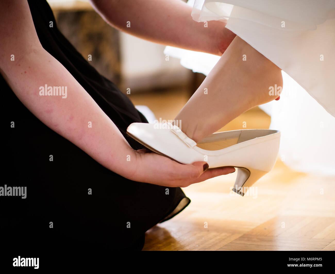 33b110dd91 Preparación de boda novias de la novia ayude en mis zapatos Zapatos de  matrimonio