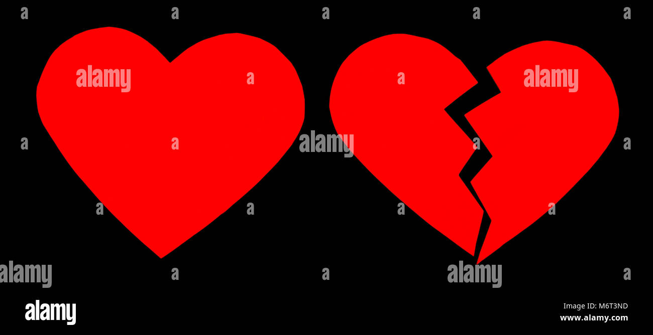 Rojo / desamor corazón roto. Cerca de un papel roto corazón sobre fondo negro con trazado de recorte Imagen De Stock